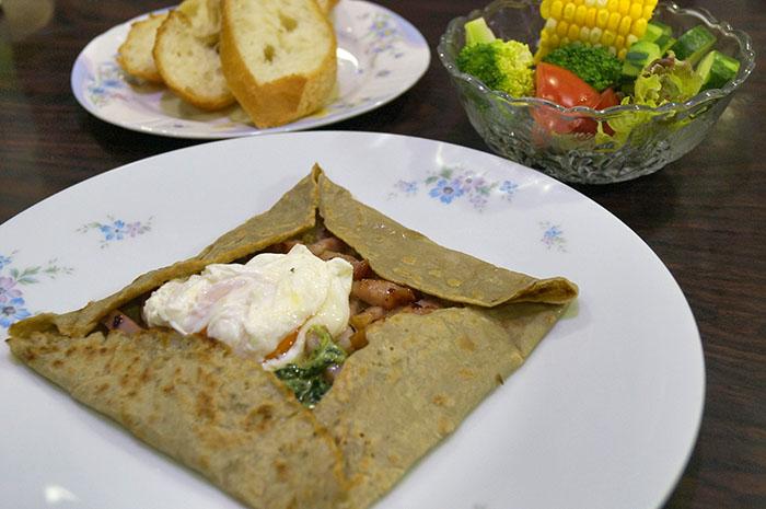 炒めたほうれん草とベーコン、卵のガレット