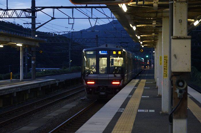 近江塩津駅から発車する新快速 敦賀行